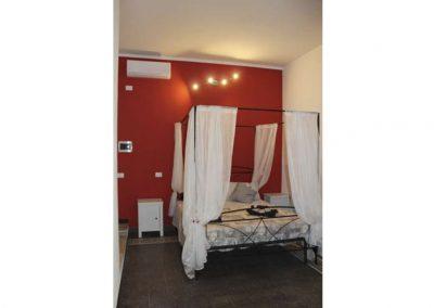 Suite-Cagliaritane-Affittacamere-stanza-matrimoniale-letto-a-baldacchino