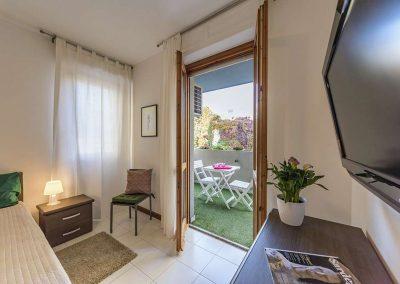 Green-Apartment-Appartamento-Vista-da-camera-matrimoniale-sul-balcone